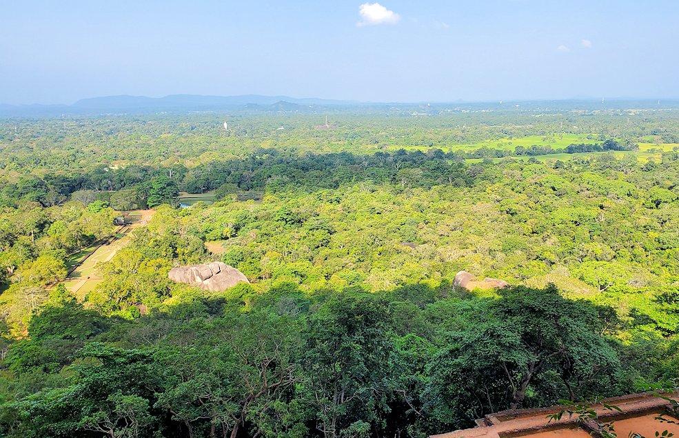 シギリヤロックの頂上に向かう階段から見える景色