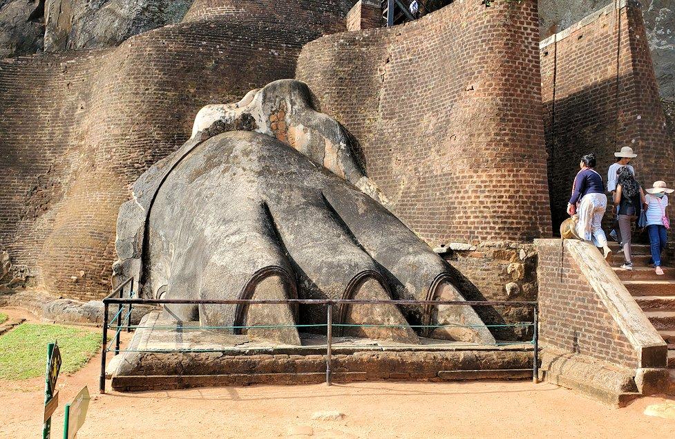 シギリヤロックの頂上の手前にある「ライオンの入口」にあるライオンの像の右手