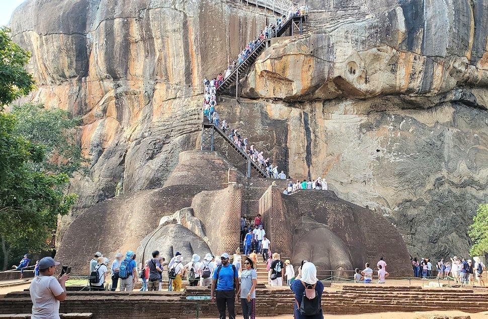 シギリヤロックの上にある「ライオンの入口」から頂上へ繋がる道を眺める-2