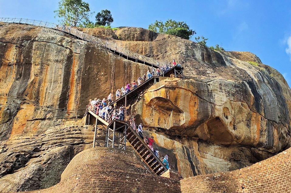 シギリヤロックの上にある「ライオンの入口」から頂上へと登る道