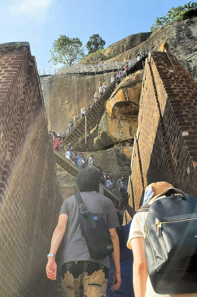 シギリヤロックの上にある「ライオンの入口」から登って行きます