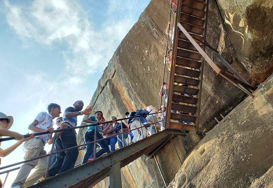 シギリヤロックの頂上へと繋がる階段を登る人達