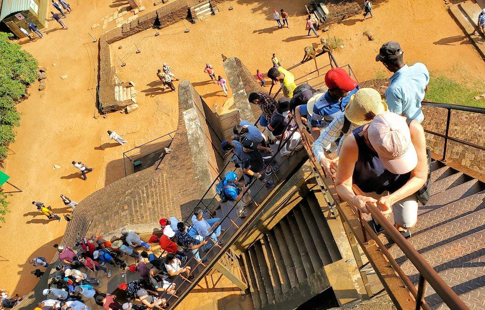 シギリヤロックの頂上へと繋がる階段の様子-2