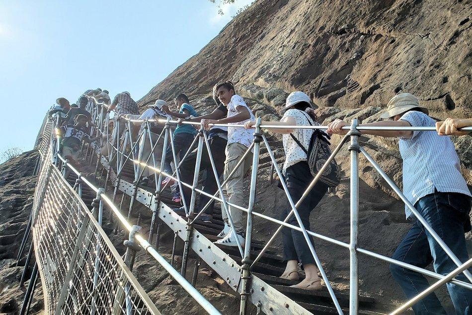 シギリヤロックの頂上へと繋がる階段を更に登る