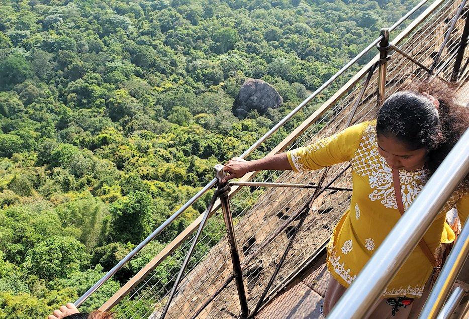 シギリヤロックの頂上へと繋がる階段を下る人