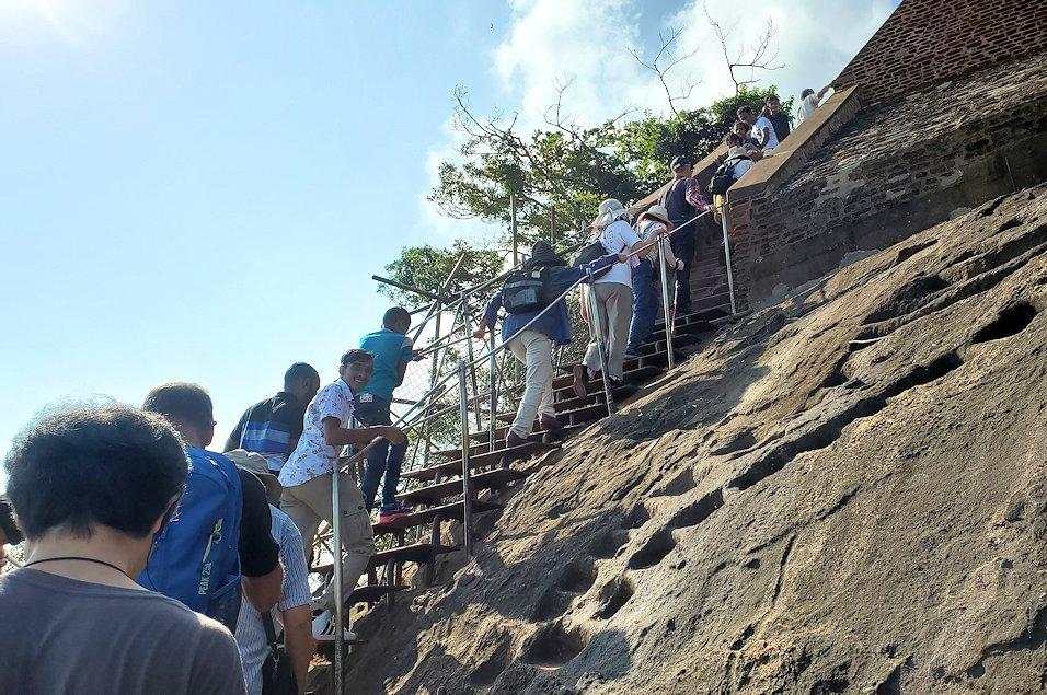 シギリヤロックの頂上へと繋がる階段の頂上付近