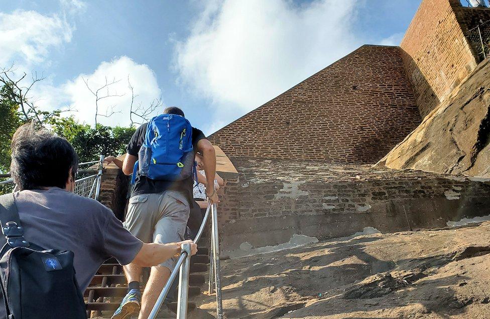シギリヤロックの頂上へと繋がる階段の頂上付近に到達