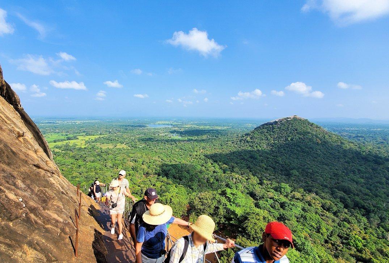 シギリヤロックの頂上へと繋がる階段の頂上付近からの周囲の景色