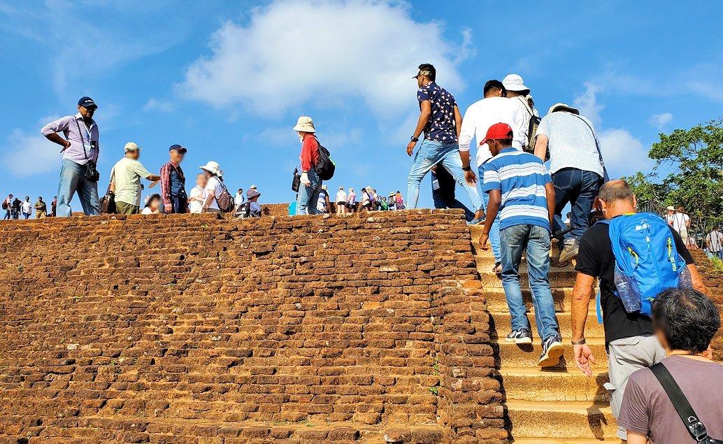 シギリヤロックの頂上にあるレンガ造りの土手跡