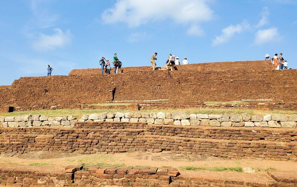 シギリヤロックの頂上にあるレンガ造りの土手跡-2