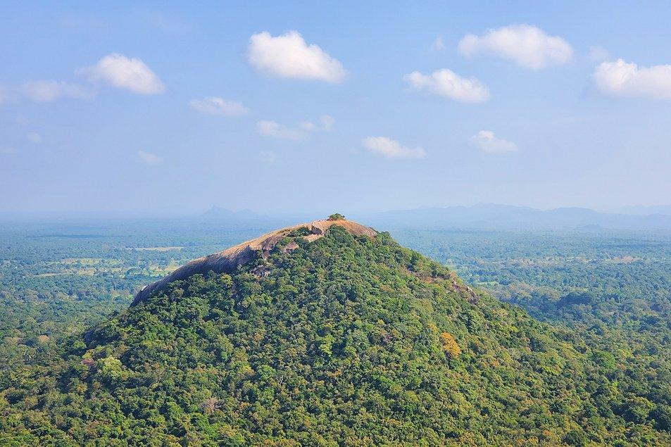 シギリヤロックの頂上から見える、向かいに見えるピドゥランガラ・ロック(Pidurangala rock)の頂上