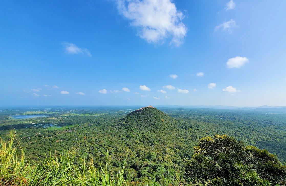 シギリヤロックの頂上から見える、向かいに見えるピドゥランガラ・ロック(Pidurangala rock)の頂上-2