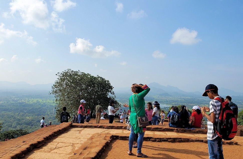 シギリヤロックの頂上にある王宮跡からの景色-2