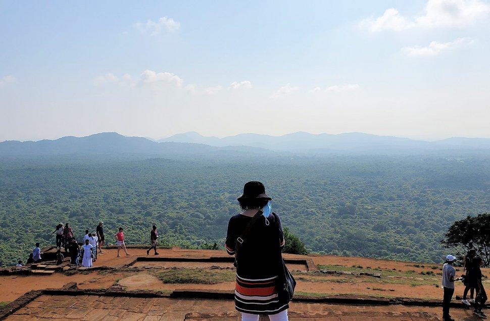 シギリヤロックの頂上にある王宮跡からの景色-3