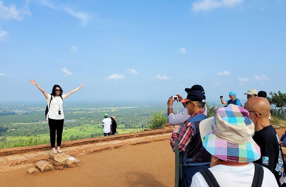 シギリヤロックの頂上にある王宮跡で記念撮影する人達
