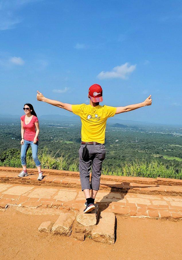 シギリヤロックの頂上にある王宮跡で記念撮影する