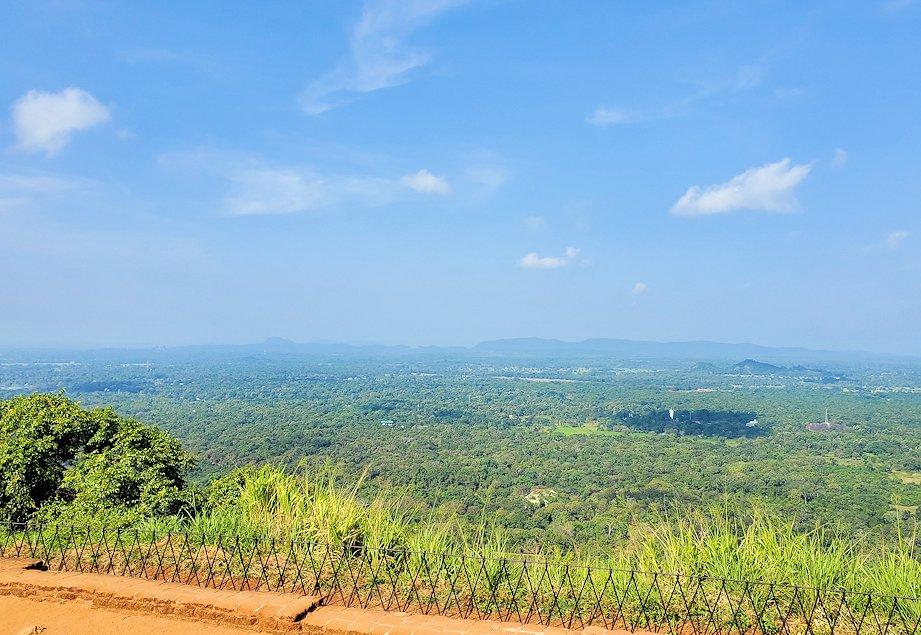 シギリヤロック頂上から見える、周辺の緑一面の美しい景色