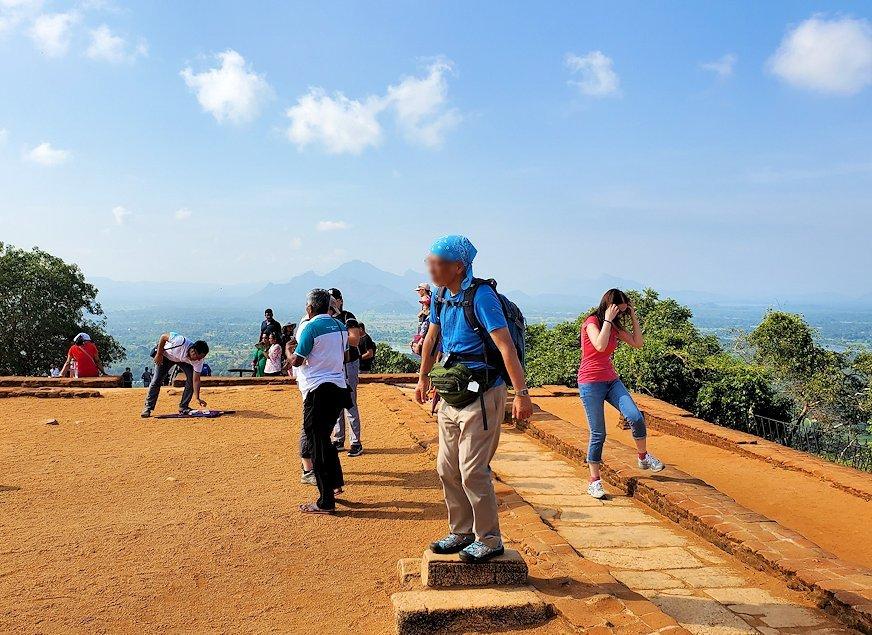 シギリヤロック頂上から見える、周辺の緑一面の美しい景色をバックに記念撮影-2
