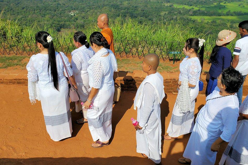 シギリヤロック頂上を訪れていた、現地仏教徒の人達