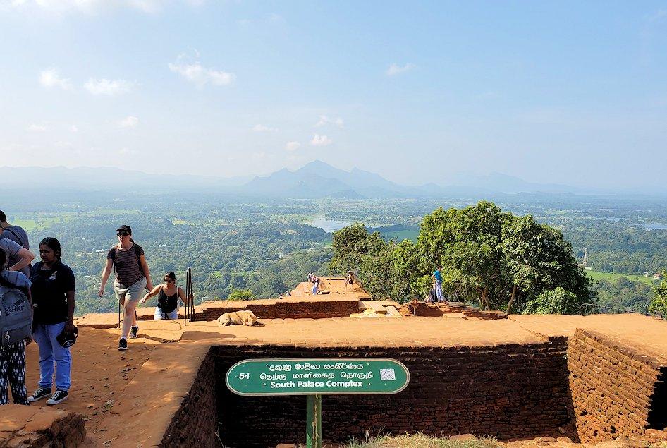 シギリヤロック頂上から見える、周辺の緑一面の美しい景色をバックに記念撮影-3