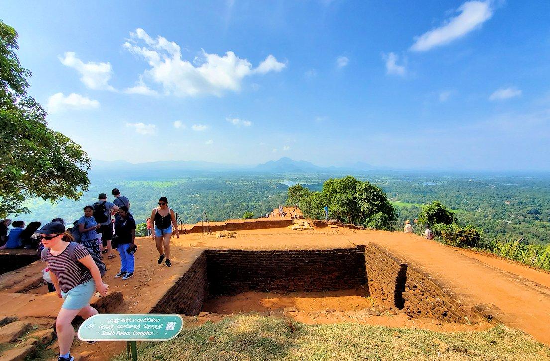 シギリヤロック頂上から見える、周辺の緑一面の美しい景色をバックに記念撮影-4