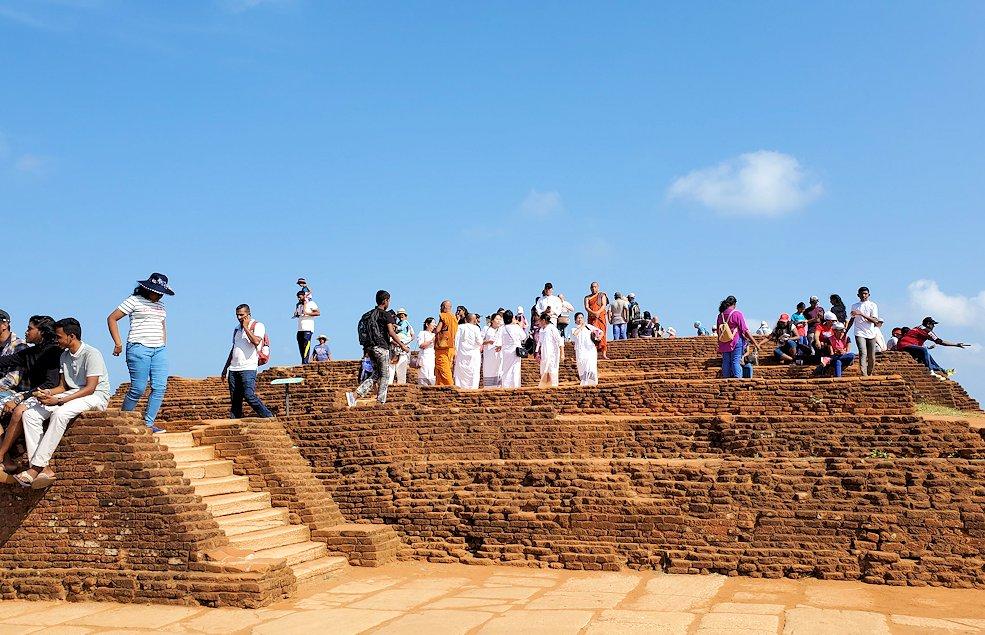 シギリヤロック頂上にいた大勢の観光客