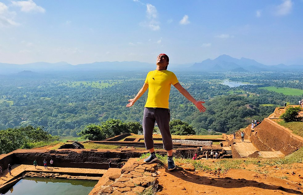 シギリヤロック頂上で嬉しそうに記念撮影をする男-3