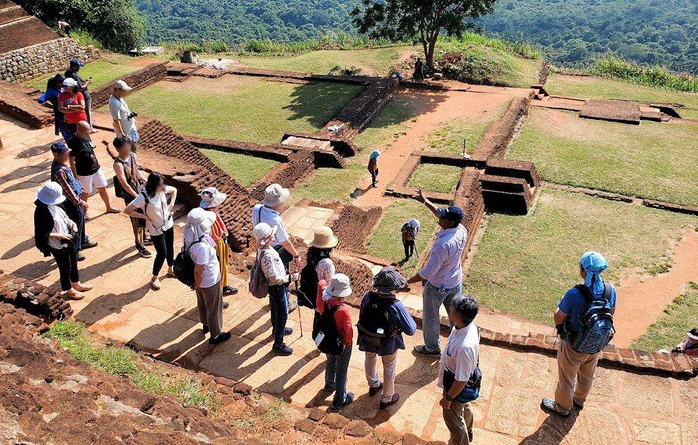 シギリヤロック頂上で王宮跡などを眺める人達