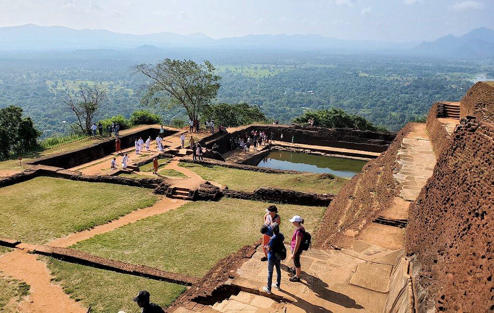 シギリヤロック頂上で王宮跡などを眺める人達-2