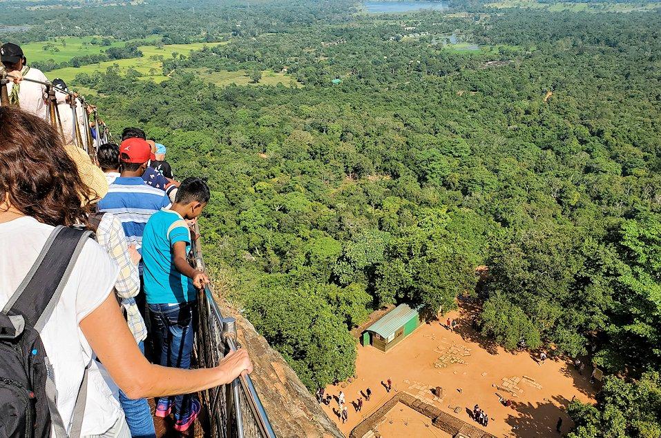 シギリヤロック頂上から降りて行く人々-2