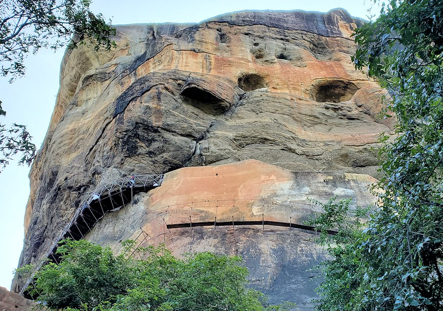 シギリヤロックで下って行く途中に見えた、シギリヤレディーが描かれている岩肌