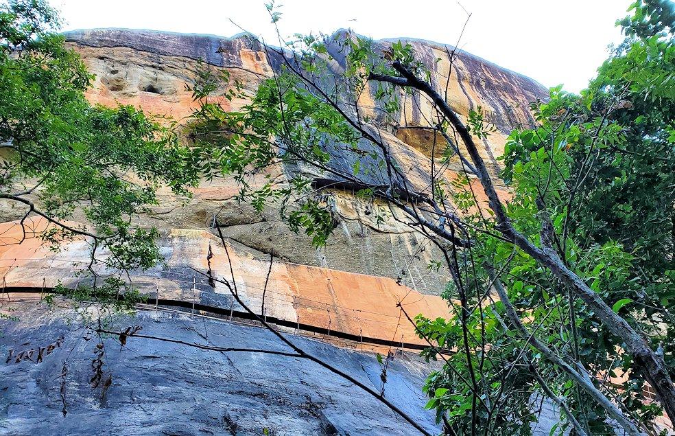 シギリヤロックで下って行く途中に見えた、シギリヤレディーが描かれている岩肌-2