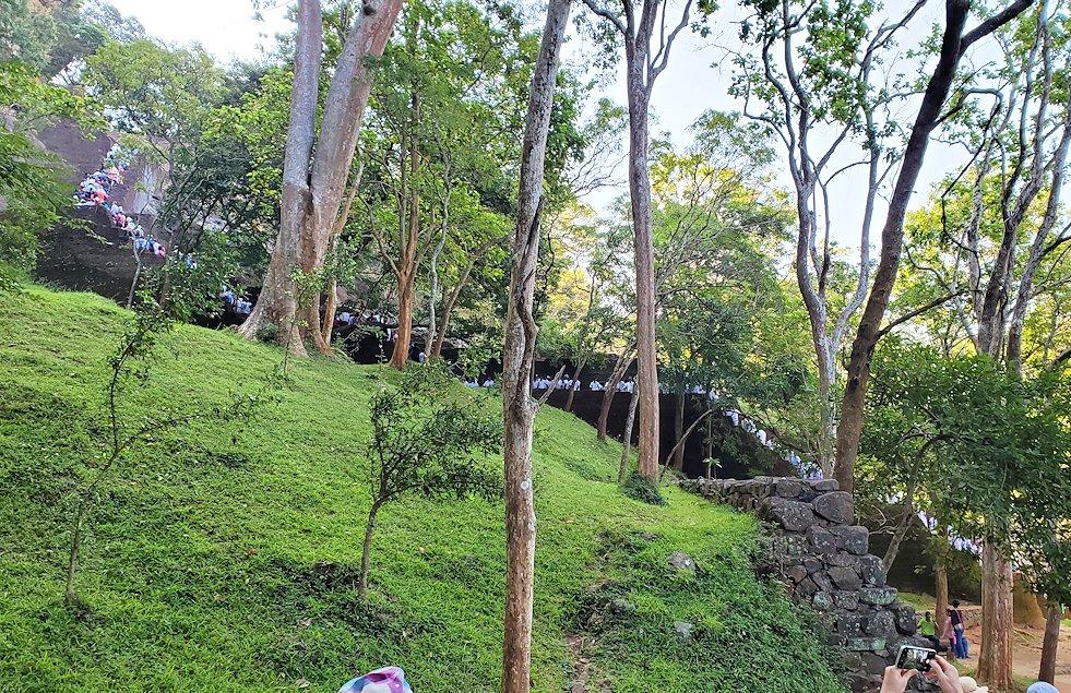 シギリヤロックで下って行く途中に見えた、これから登る人達の長い列