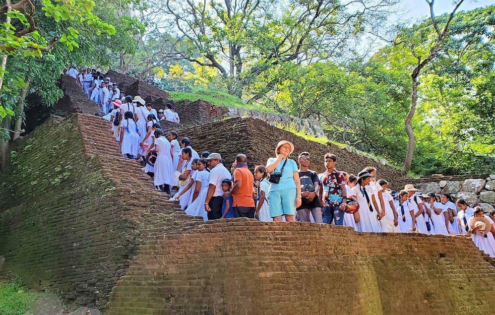 シギリヤロックで下って行く途中に見えた、これから登る人達の長い列-2