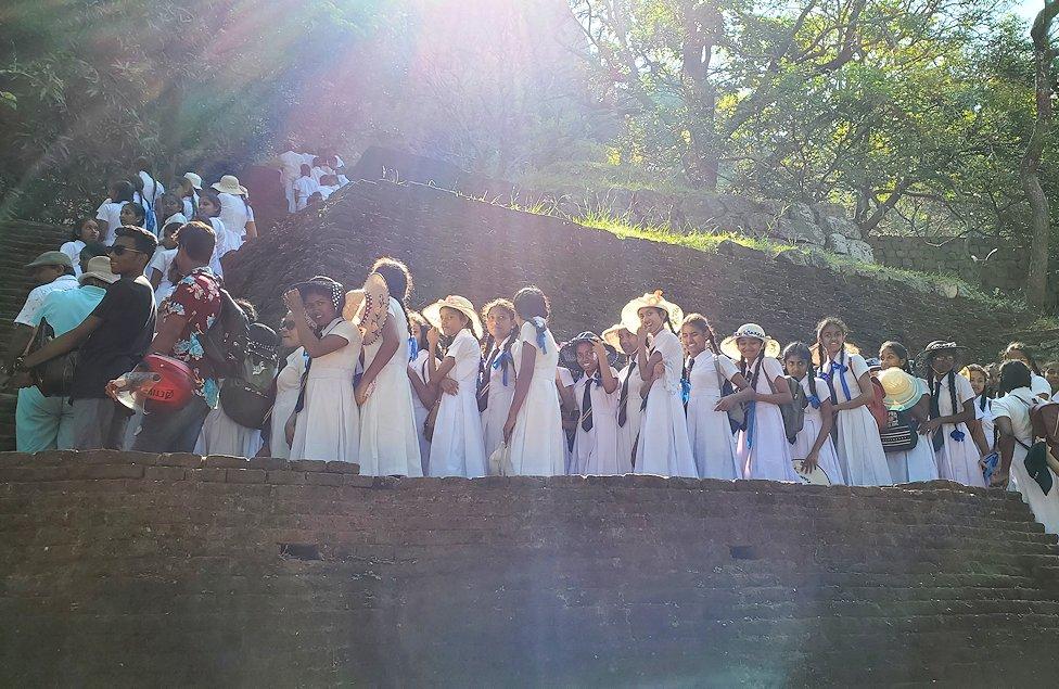 シギリヤロックで下って行く途中に見えた、これから登る若い学生達の長い列