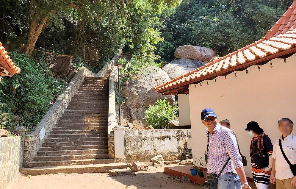 「ダンブッラ黄金(石窟)寺院」へと登る階段