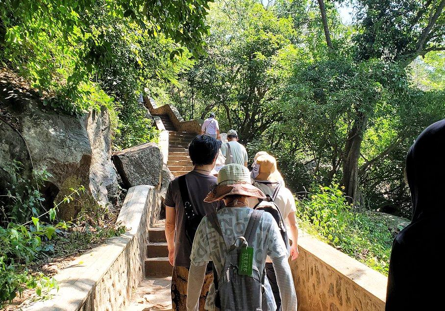 ダンブッラ寺院の入口へと進む階段を登る-2