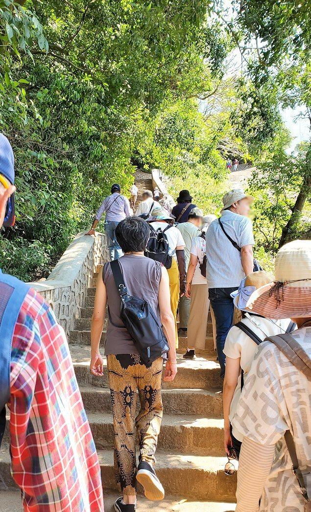 ダンブッラ寺院の入口へと進む階段を登る