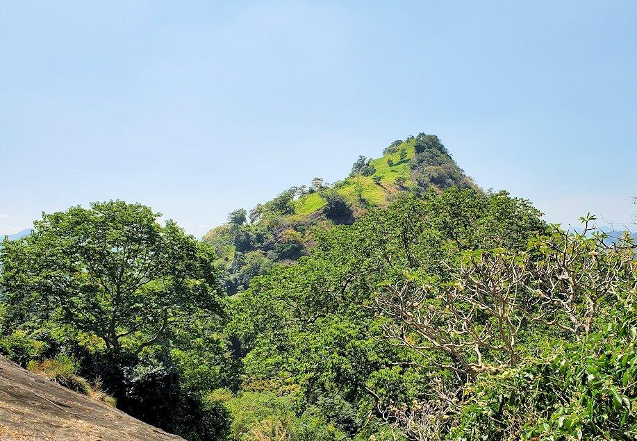 ダンブッラ寺院の入口へと進む階段から見えた景色-3