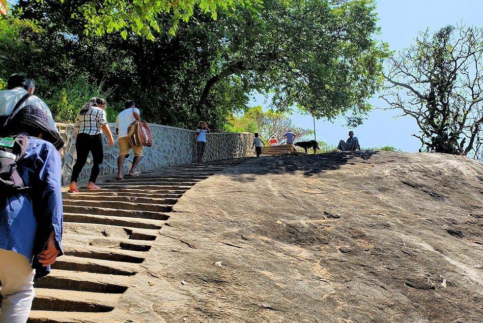 ダンブッラ寺院の入口へと進む階段を登る-3