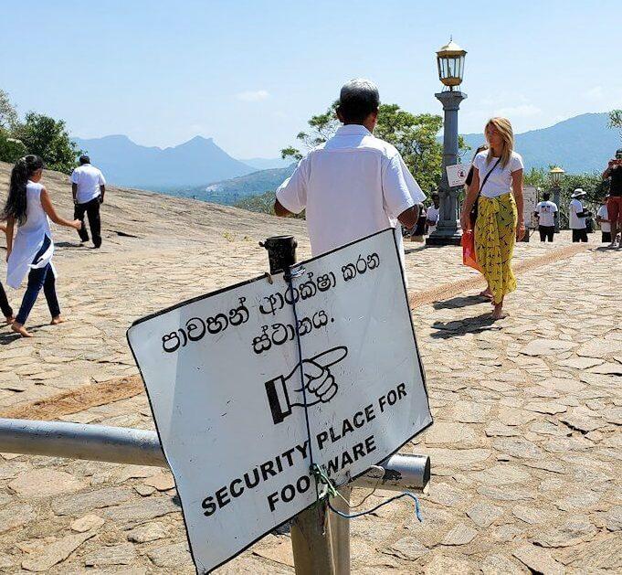 ダンブッラ寺院の入口へと進む階段を登って見えた、入口付近の景色