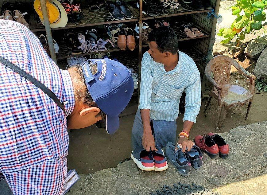 ダンブッラ寺院の入口へと進む階段を登って見えた、入口付近にある靴預け所-2