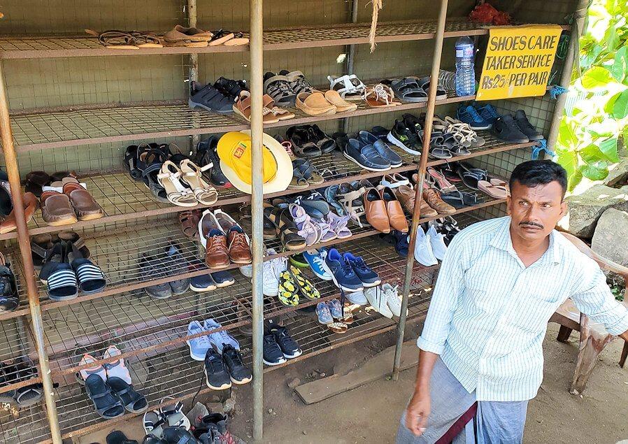 ダンブッラ寺院の入口へと進む階段を登って見えた、入口付近にある靴預け所-3