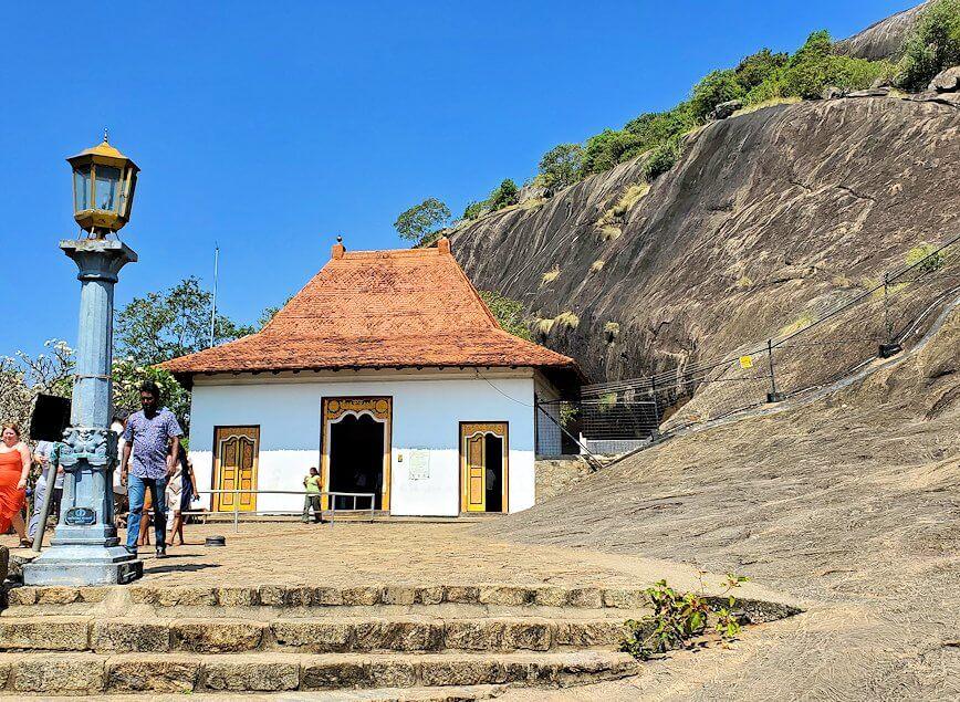 ダンブッラ寺院の入口へと進む階段を登って見えた、入口