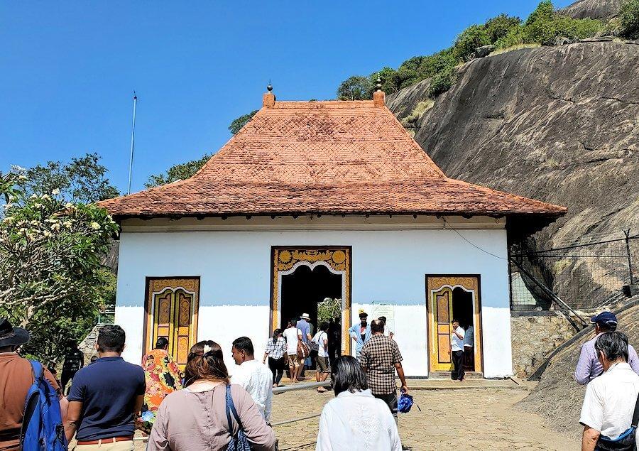 ダンブッラ寺院の入口へと進んでいく