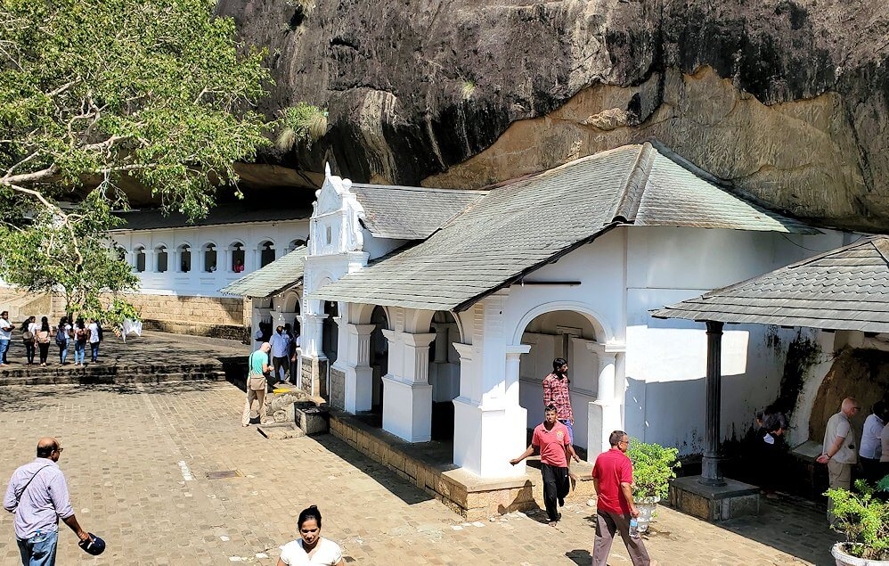 ダンブッラ寺院の入口へと進んでいく-3