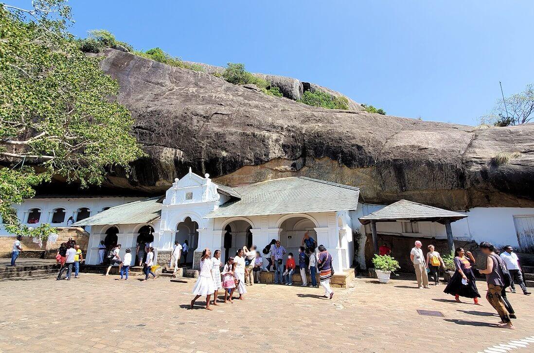 岩の隙間に造られたダンブッラ寺院-2