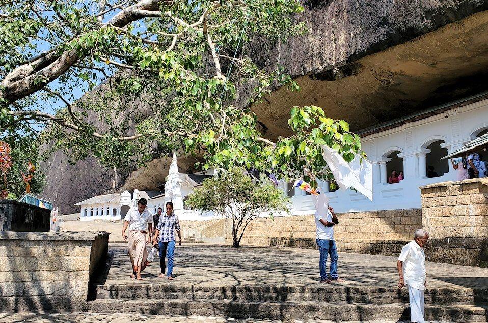 岩の隙間に造られたダンブッラ寺院-3