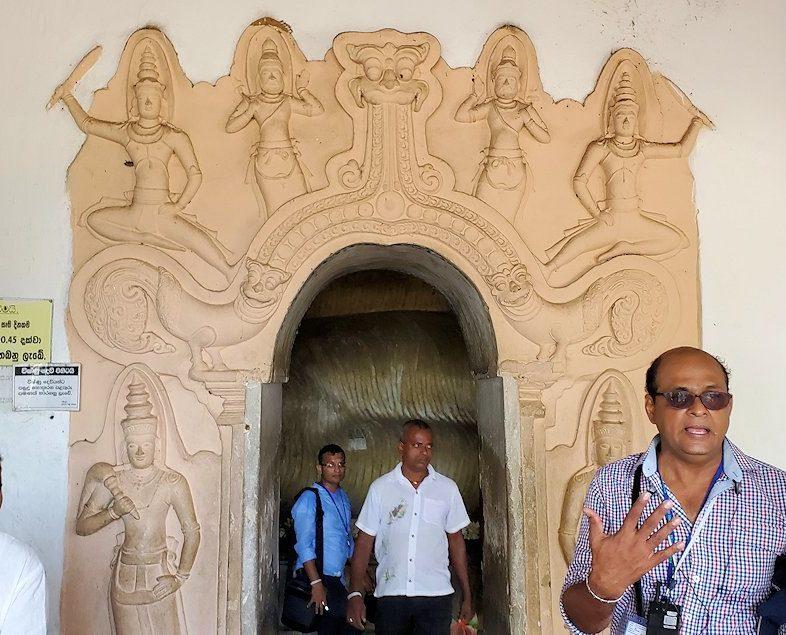 ダンブッラ寺院にある洞窟へと進む