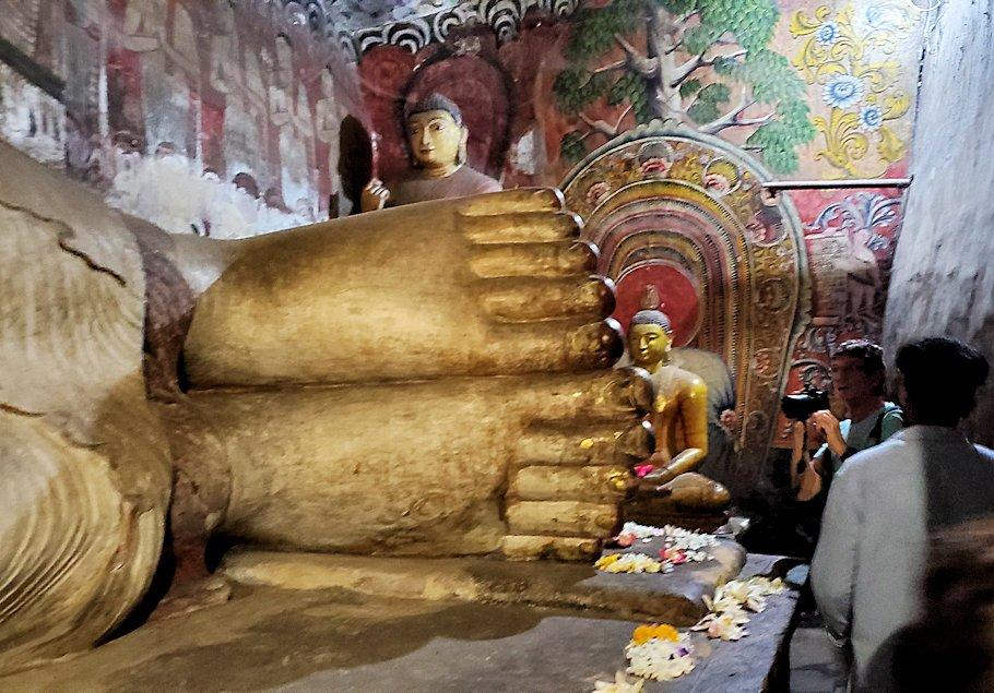 ダンブッラ寺院にある洞窟にある仏像の足
